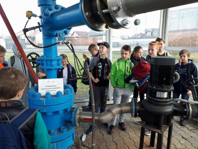 Uczniowie zwiedzają Geotermię w Uniejowie