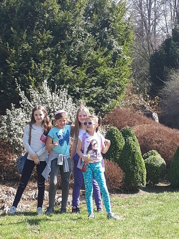 uczniowie z wizytą w zoo. Widzieli pawie,węża, kameleona