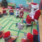 Mikołaj rozdaje prezenty