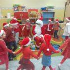zabawa przedszkolaków z Mikołajem